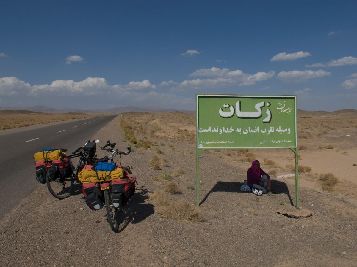 Quiet road north of Varzaneh